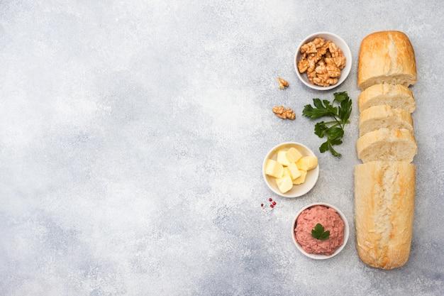 Prodotti per cucinare un panino. patè di pollo e burro, noci e prezzemolo. Foto Premium