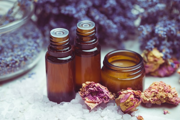 Prodotti per la cura del corpo alla lavanda. aromaterapia, spa e concetto di assistenza sanitaria naturale Foto Premium