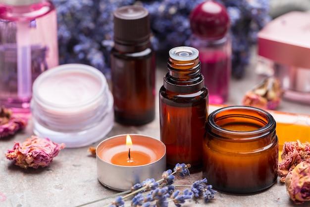 Prodotti per la cura del corpo alla lavanda, spa e concetto di assistenza sanitaria naturale Foto Premium