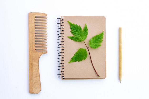 Prodotti realizzati con carta kraft riciclata. eco concept, senza plastica. protezione ambientale, conservazione della natura e rifiuto dei prodotti in plastica. Foto Premium