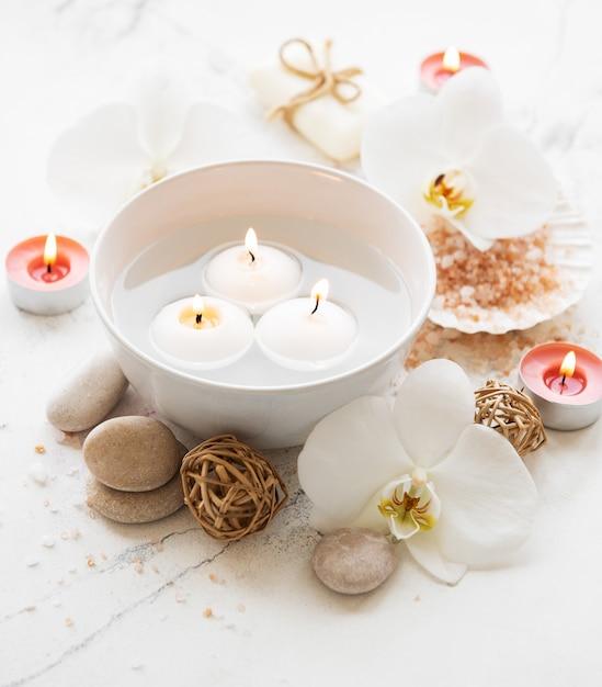 Prodotti spa con orchidee Foto Premium