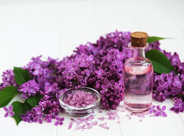 Prodotti termali e fiori lilla Foto Premium