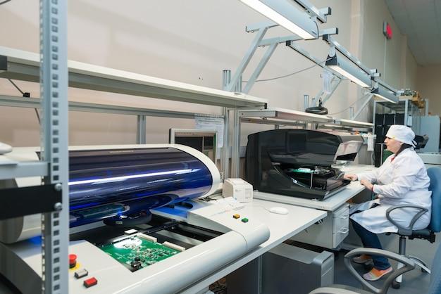 Produzione di componenti elettronici nella fabbrica ad alta tecnologia Foto Gratuite