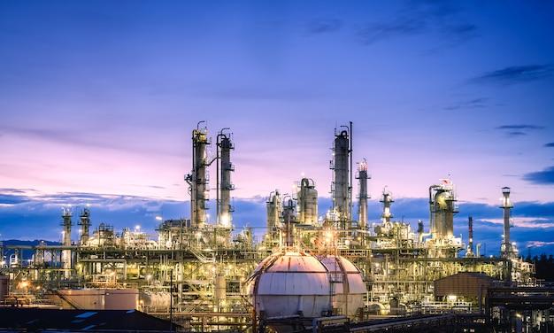 Produzione di impianti industriali petroliferi su cielo crepuscolo, raffineria di petrolio e gas o impianto petrolchimico con torre di distillazione Foto Premium