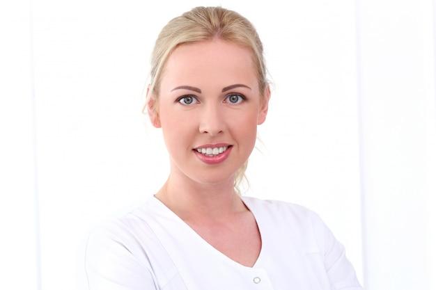 Professionale. bello cosmetologo con un sorriso carino Foto Gratuite