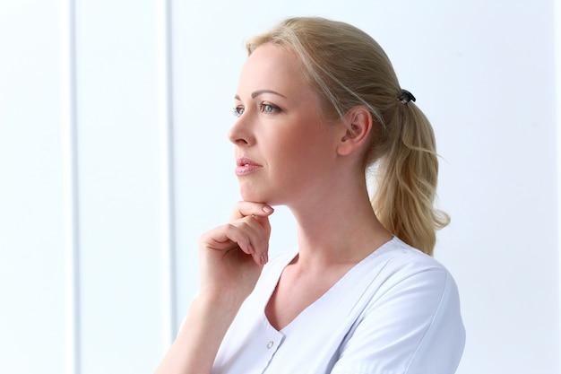 Professionale. bello cosmetologo con un viso stupendo Foto Gratuite