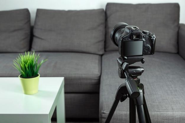 Professione online, professione blogger, fotocamera reflex per le riprese di vlog Foto Premium