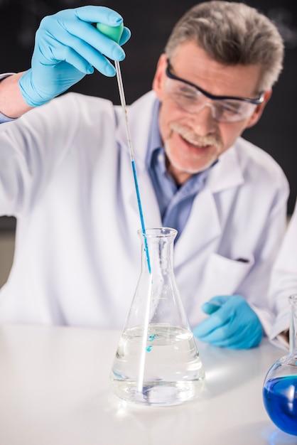 Professore di chimica senior che lavora in laboratorio. Foto Premium