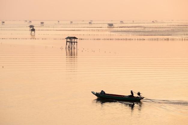 Profili il pescatore in barca in mare alla baia di taboon di colpo, a sud della tailandia Foto Premium