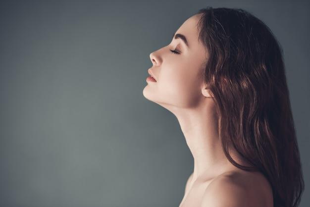 Profilo di bella ragazza sensuale con spalle nude. Foto Premium
