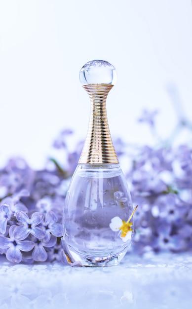Profumo femminile con fiori Foto Premium