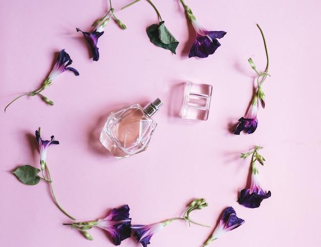 Profumo per donna e fiori viola o Foto Premium