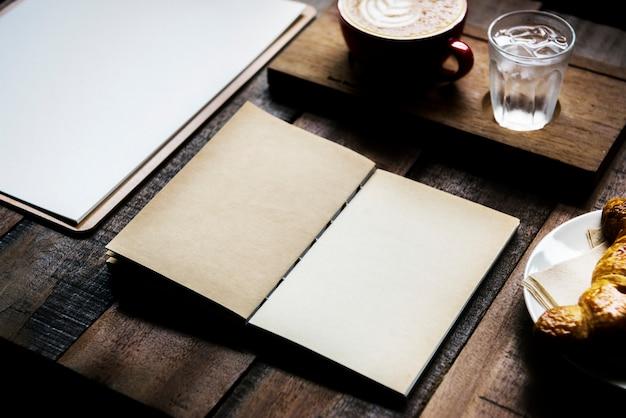 Progettare lo spazio sul blocco note nella caffetteria Foto Premium