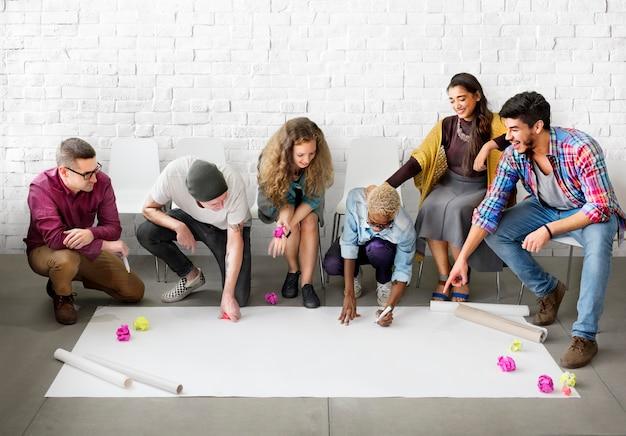 Progettazione del gruppo di studenti degli studenti di progettazione start up concept Foto Premium