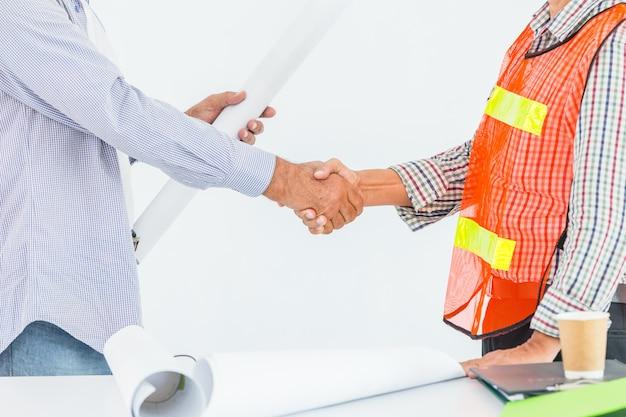 Progetto di affare di rifinitura di handshaking dell'ingegnere costruttore Foto Premium