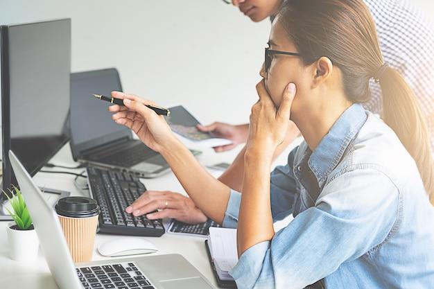 Programmatore che lavora in uno sviluppo software e tecnologie di codifica. Foto Premium