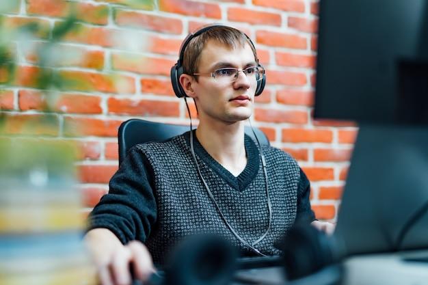 Programmatore che lavora nella società di software di sviluppo. Foto Premium