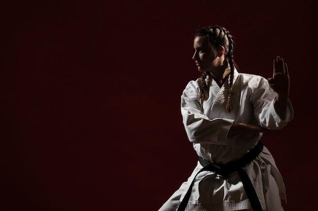 Pronto a combattere la donna in uniforme bianca di karate Foto Gratuite