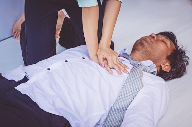 Pronto soccorso cpr di emergenza su heart attack man Foto Premium