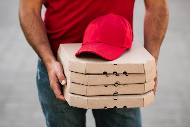 Protezione rossa del primo piano sui contenitori di pizza Foto Gratuite
