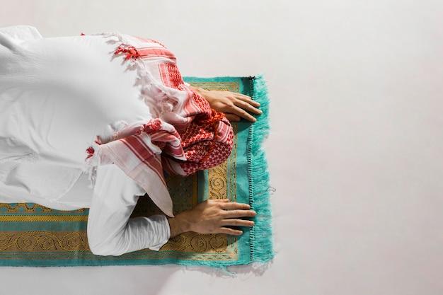 Prua uomo musulmano in riverenza piatta laici Foto Gratuite