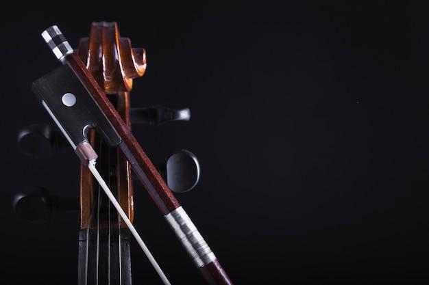 Prua vicino al violoncello del raccolto Foto Gratuite