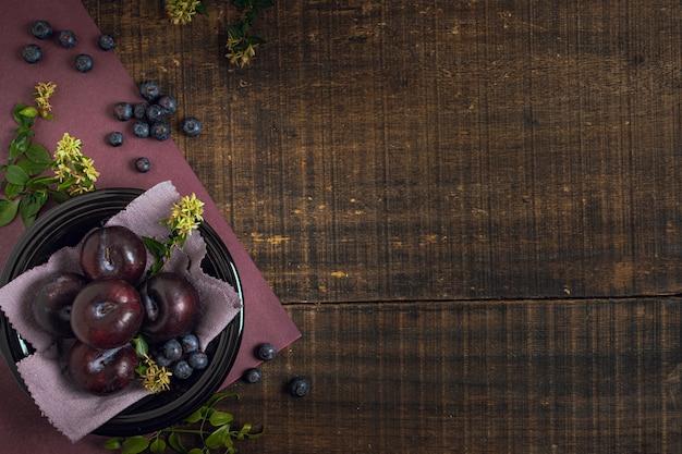 Prugne e mirtilli vista dall'alto Foto Gratuite