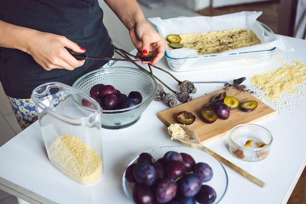 Prugne pronte per cuocere una torta Foto Gratuite