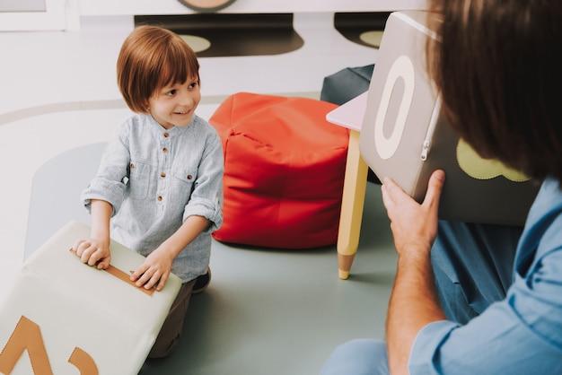 Psicologo playing blocks with kid in ufficio. Foto Premium