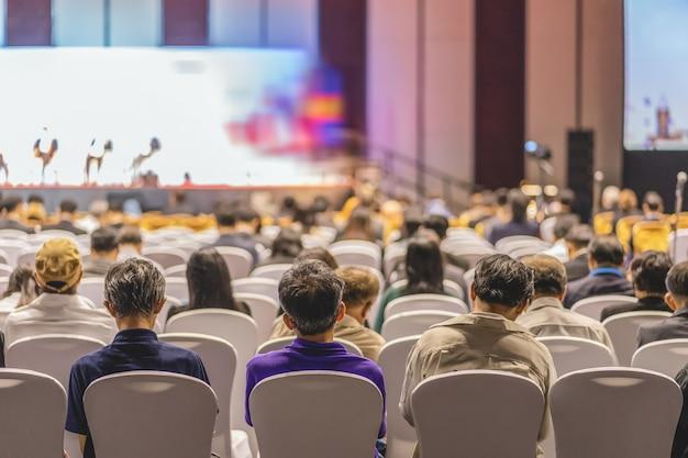 Pubblico ascoltando relatori sul palco nella sala conferenze Foto Premium