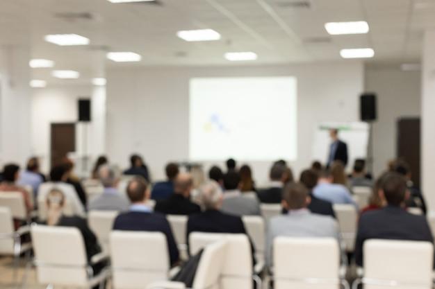 Pubblico nella sala conferenze. immagine sfocata foto sfocata. . concetto di impresa e imprenditorialità. Foto Premium