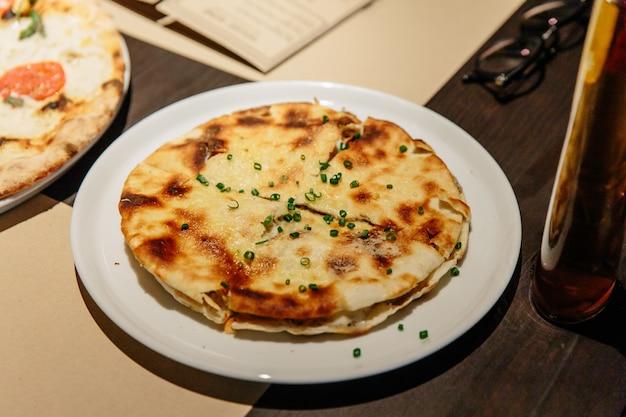 Puccia al tarfuto: sottile pasta croccante ripiena di mascarpone, stracciatella, parmigiano e tartufo nero. Foto Premium
