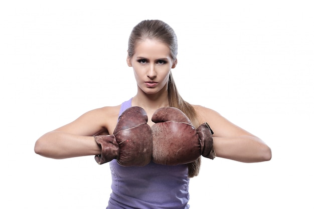 Pugile femminile attraente con guantoni da boxe Foto Gratuite