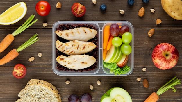 Pulire i cibi a basso contenuto di grassi sani e senza olio nella scatola dei pasti da asporto Foto Premium