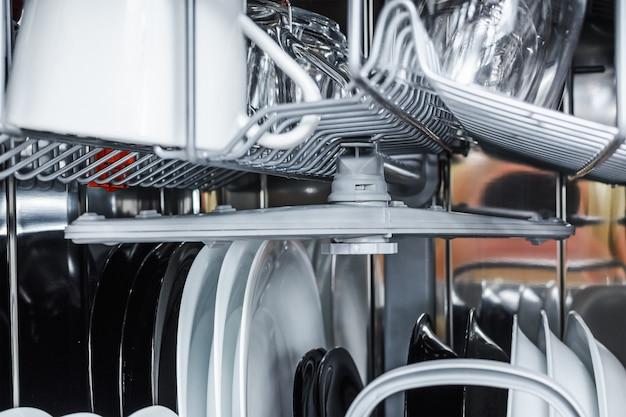 Pulire i piatti in lavastoviglie dopo il lavaggio Foto Premium