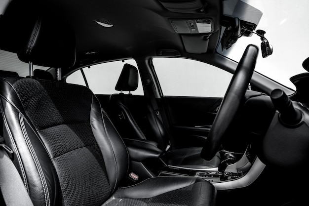 Pulisca l'automobile moderna della console, il disegno dell'interno nero. Foto Premium