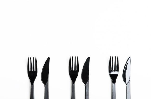 Pulisci forchette e coltelli in plastica nera Foto Premium