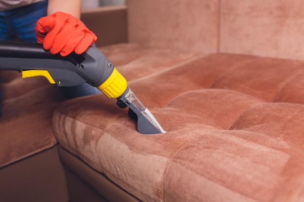 Pulizia chimica del divano con metodo di estrazione professionale Foto Premium