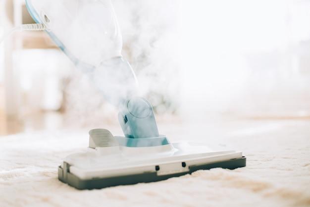 Pulizia del pavimento con pulitore a vapore. concetto di servizio di pulizia Foto Premium