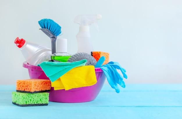 Pulizia della casa, igiene, lavoretti, prodotti per la pulizia. Foto Premium