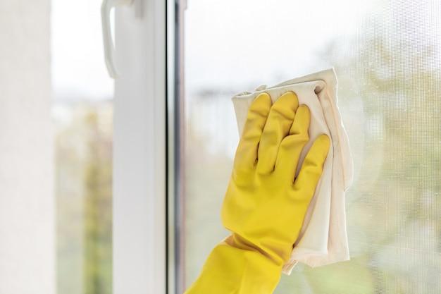 Pulizia delle finestre con uno straccio speciale Foto Premium