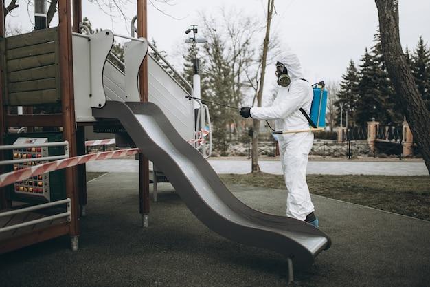 Pulizia e disinfezione nel parco giochi Foto Premium
