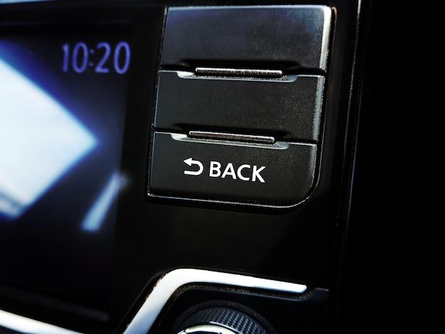 Pulsante indietro sul lettore multimediale dell'unità principale nell'auto. Foto Premium