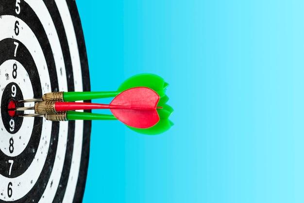 Punta con le frecce al centro. colpire il bersaglio. spazio per il testo Foto Premium