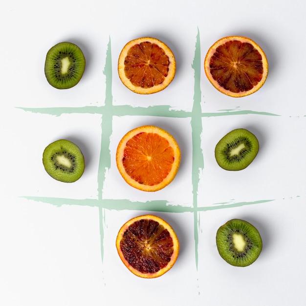Punta tic tac fatta di kiwi e arance rosse Foto Premium