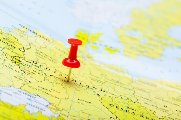 Punti di destinazione di viaggio su una mappa indicata con puntine da disegno colorate Foto Premium