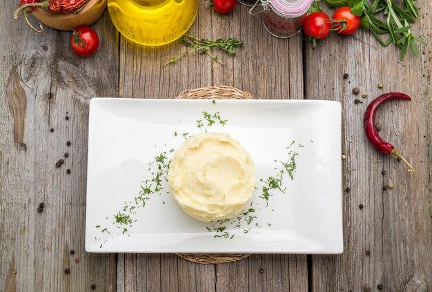 Purè di patate sul tavolo rustico Foto Premium