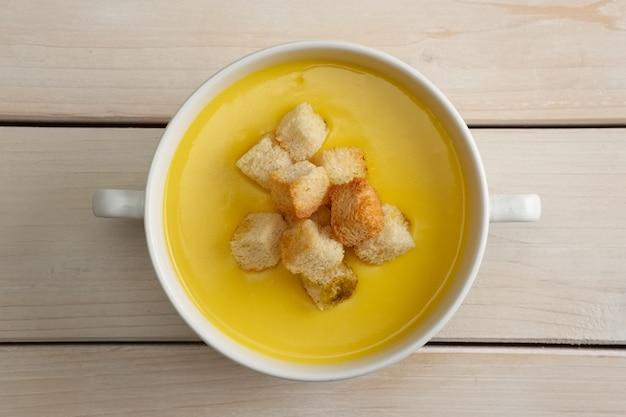 Purea di zuppa di pollo con chips di pane bianco Foto Premium