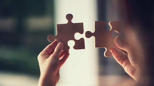 Puzzle di collegamento della donna, foto attraverso vetro, soluzioni di affari, successo e concetto di strategia. Foto Premium