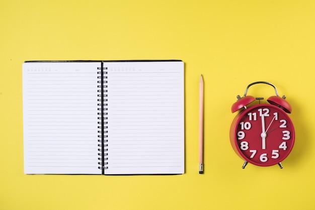 Quaderno bianco sullo spazio di lavoro Foto Gratuite